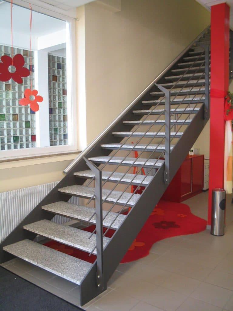 metallbauNürnberg-Treppe-innen-mit-marmorstufen-Edelstahlhandlauf